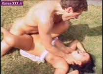 Haar keel dicht knijpend ramt hij de lul hard en diep in de teef