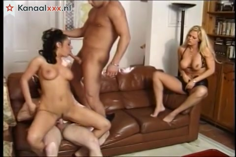 Het blondje kijkt toe hoe haar man een trio sex heeft