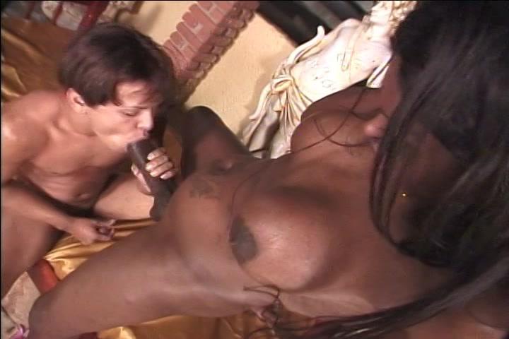 Hij pijpt de grote lul van de Transsexueel en laat zich anal neuken