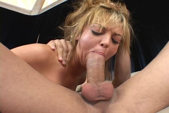 Trekkend aan haar haren neukt zijn dikke lul haar mond diep en hard