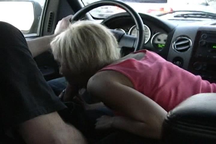 Als voorspel pijpt ze zijn dikke lul in de auto