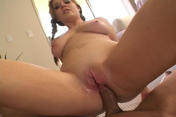 Zittend op hem neukt ze met haar anus zijn stijve lul
