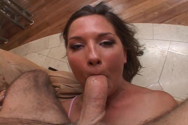 Ze pijpt laat haar mond neuken en vol sperma spuiten