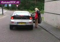 Nederlandse milf pijpt haar vriendje in oud hotel