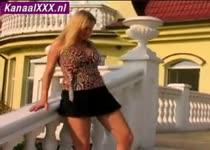 Voyeur dame wordt stiekem tijdens stads wandeling gefilmd