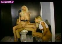 Blonde slet word geneukt terwijl zus toe kijkt