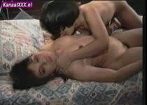 Asian lesbo slet afgelebberd door vriendin