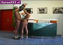 Geile opa gooit de geile en vooral jonge receptioniste naakt op de balie.
