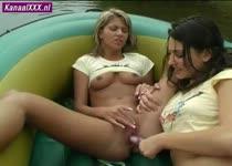 Geile lesbo sletjes mastuberen in een rubber bootje