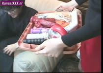 Japans meisje gaat rond met dienblad vol sex speeltjes aan het begin van bukkake gangbang.