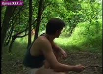 Roodharige schoonheid denkt onbespied te kunnen masturberen in het bos.