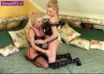 Sexy blonde lesbiennes en hun dubbele dildo