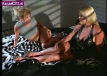 Blonde babe doet lesbische scene met de porno regisseuse zelf