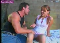 De man neukt zich in het zweet op dit jonge meisje