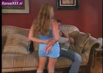 Het kleine meisje komt meerdere keren spuitend klaar op de grote lul