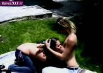 Twee lesbische snollen vrijen in de zon