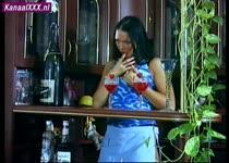 De sletterige meid achter de bar wil zijn lul in haar nymfo kut