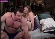 Wippend op de lul van de oudere man krijgt het dikke meisje meerdere keren een orgasme