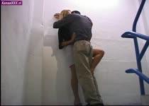 Hij gaat met haar mee naar binnen om haar te neuken