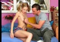 Het tiener meisje trekt en pijpt tegelijk om de sperma uit zijn grote lul te krijgen