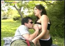 Het geile stel pijpt beft neukt anal en vaginaal en komt klaar in het park