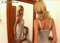 Blondine mastubeerd voor de spiegel