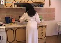 Gepijpt worden en neuken in de keuken