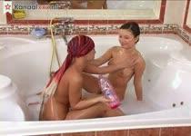 Lesbische tiener meisjes mastuberen in bad
