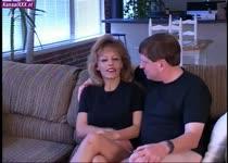 De geile milf word onder hypnose sexueel misbruikt