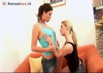 De lesbische brunette laat het blondje een orgasme krijgen
