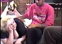 Een dikke meid in een trio sex met twee neger lullen