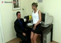 De geile secretaresse pijpt en laat haar mond vol sperma spuiten