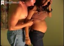 Hij spuit de sperma op de buik van zijn zwangere vrouw