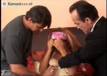 Het meisje krijgt een dubbel penetratie van twee oudere mannen