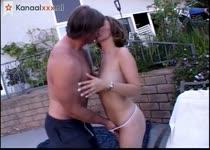 Hij beft haar zij pijpt hem en laat haar mond vol sperma spuiten