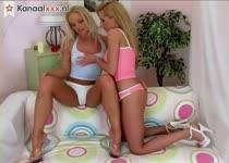Lesbische blondjes beffen en mastuberen tot een orgasme