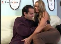 Hij neukt haar afwisselend in haar  mond en natte kut