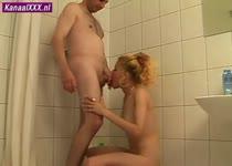Trekkend aan zijn stijve lul laat ze haar mond vol sperma spuiten