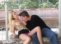 Drie mannen neuken de blondine en spuiten haar mond  vol sperma