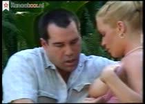 Hij neukt de dochter van zijn baas en spuit haar gezicht vol sperma