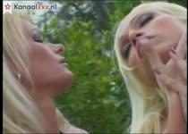 Twee bisex blondjes in een groep sex