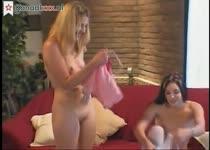 Twee meisjes betrapt tijdens het mastuberen