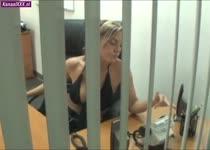 Hij betrapt de secretaresse tijdens het mastuberen