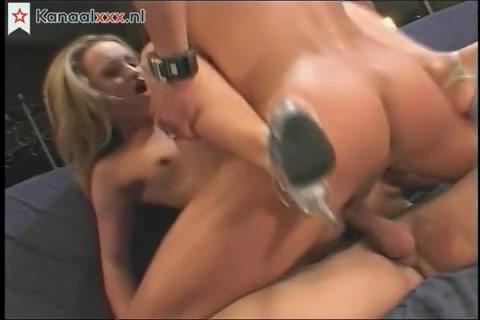 Blonde nymfomane pijpt en laat zich neuken in deze trio sex