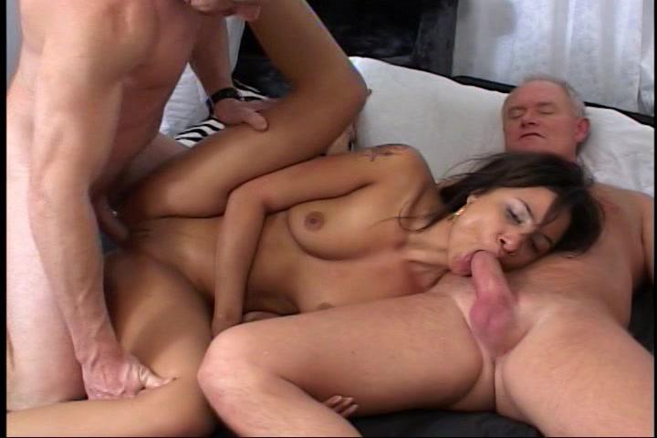 In deze trio sex krijgt de donkere meid voor het eerst sperma in haar gezicht