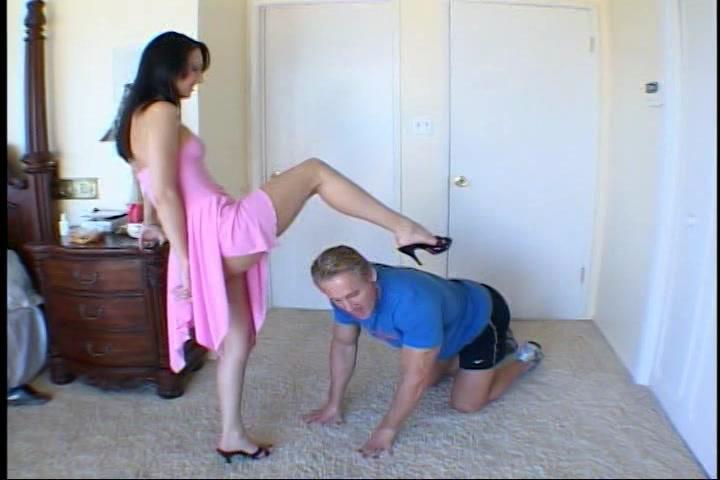 Haar slaaf beft word gepijpt neukt haar en spuit sperma op haar mond