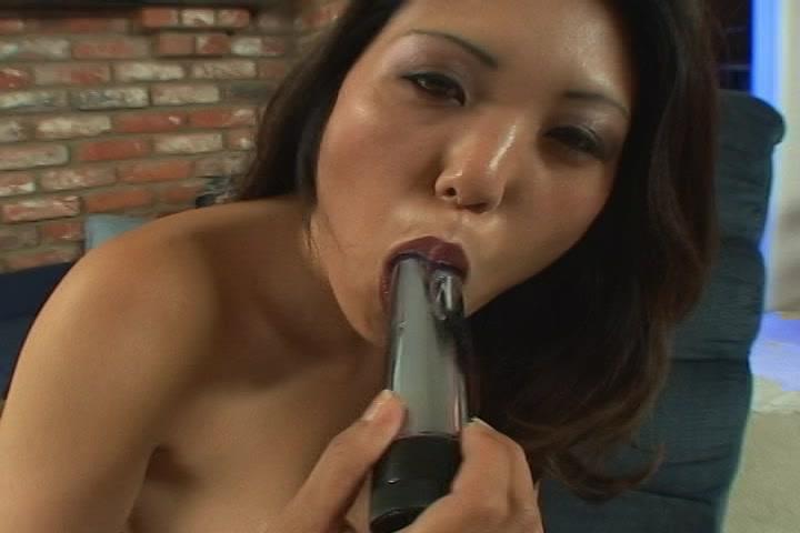 Na het orgasme likt het Aziatische meisje de vibrator af