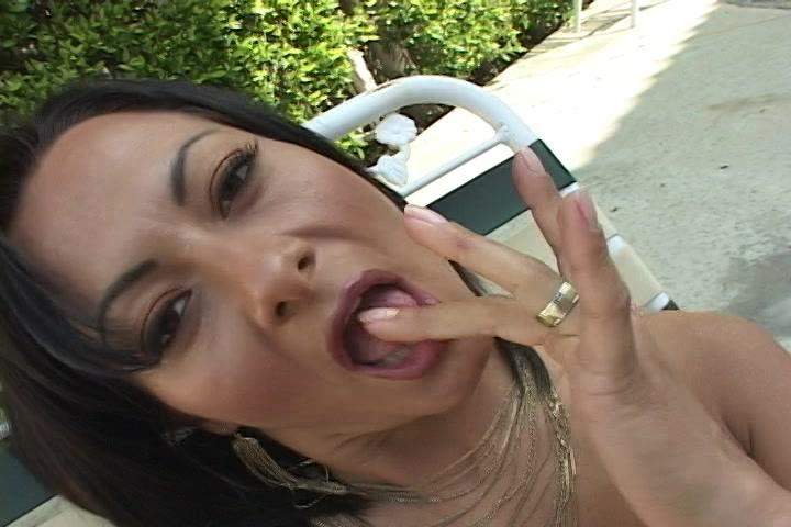 Tijdens het vingeren likt ze haar vingers af