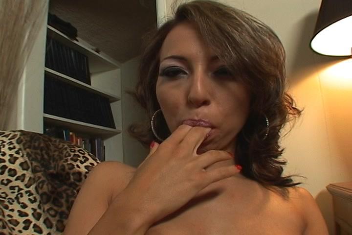 Na het orgasme likt ze haar vingers af