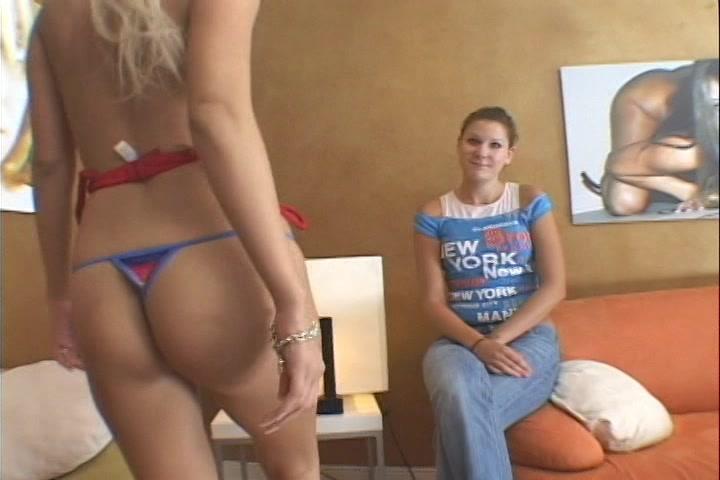 Tiener stel kijkt toe hoe de haar hun vriend een pijp beurt geeft